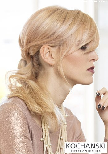 Femininer Look mit halb gesteckten Haaren und gewellten Strähnen