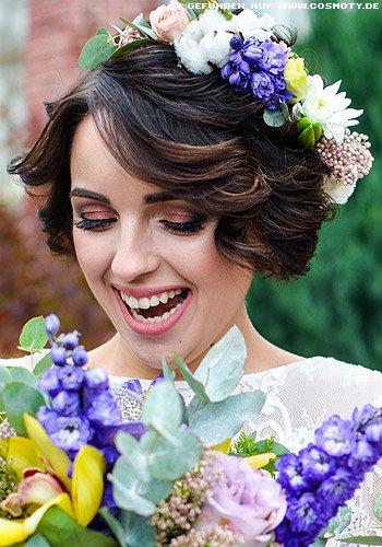 Feminin gewellter Kurz-Bob mit Blumenhaarkranz
