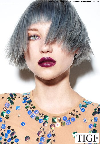 Fransig geschnittener Kurz-Bob in extravagantem Blau-grau gefärbt