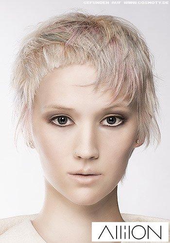 Fransig gestylter Kurzhaarschnitt mit pastellfarbenen Strähnen