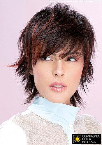 Frecher Stufenschnitt mit fransig gestylten Haarspitzen
