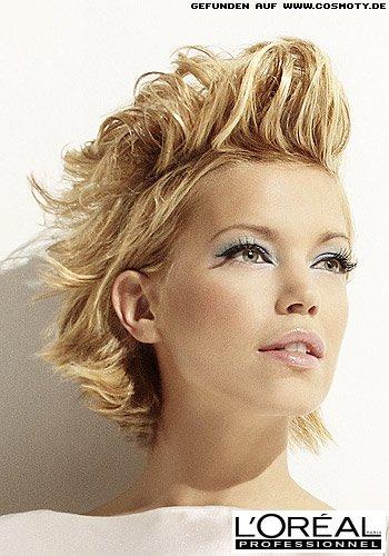 Frischer Look mit frech aufgestyltem Haar