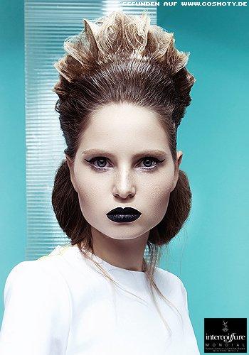 Futuristisch geformter Haarkranz zum Doppel-Dutt