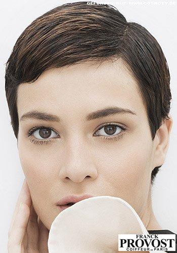 Garcon-Style mit flach gestylten Haaren