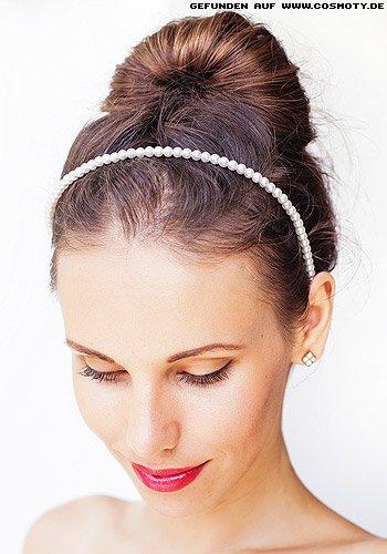 Frisuren Bilder Gefacherter Dutt Mit Weissem Perlenhaarband