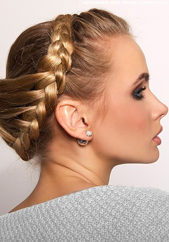 Geflochtener Haarkranz aus blondem langen Haar