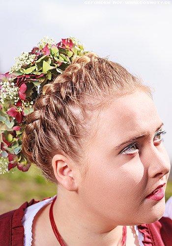 Geflochtener Haarkranz mit üppigen Hortensienblüten