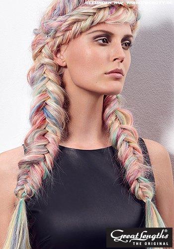 Geflochtene Zöpfe mit Haaren in Regenbogenpastellfarben