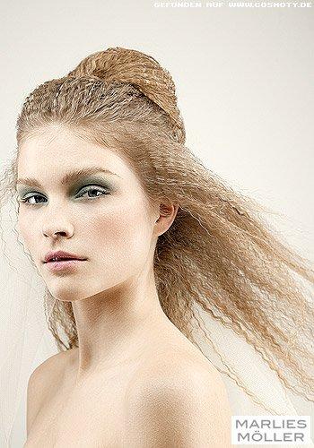 Frisuren Bilder Gekreppter Dutt Zu Offenen Haaren Im Nacken