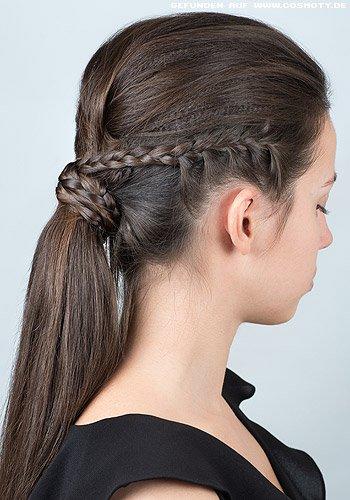Gekrepptes Haar zum dicken Zopf gebunden mit Flechtfrisuren-Detail