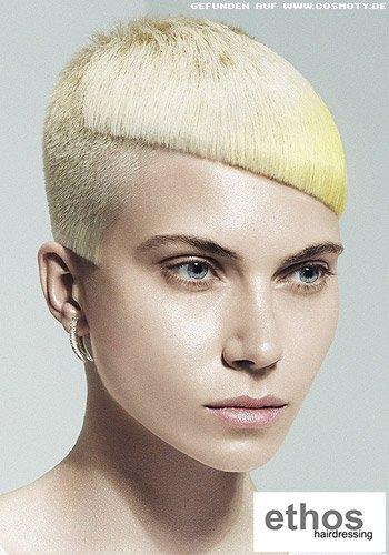 Gelblich blonder Pixie mit ausrasierten, asymetrischen Konturen
