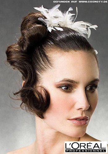 Gesteckte Haarschlaufen zur Haarspange aus Federn