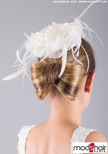 Gesteckte Schleife aus Haaren zum weißen Braut-Fascinator