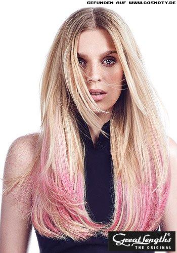 Gestufte Längen mit rosa Strähne in den Haarenden