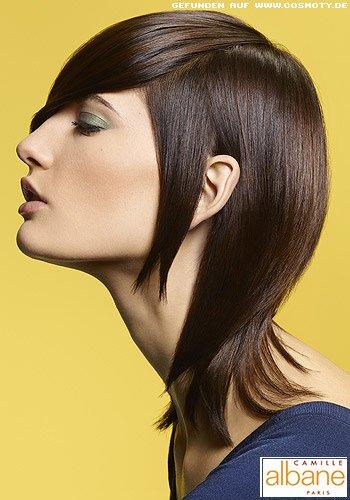 Gestuftes Haar im schmal an Kopf gestylten Sleek-Look