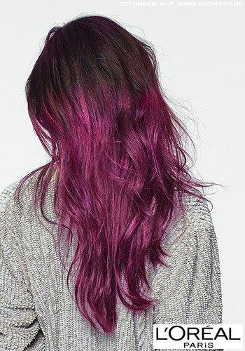 Gestuftes Haar in dunkel-pinkfarbener Balayage-Coloration