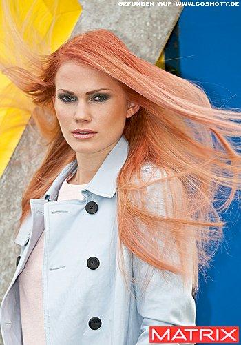 Gestuftes Haar mit glatten Längen in Erdbeer-Blond
