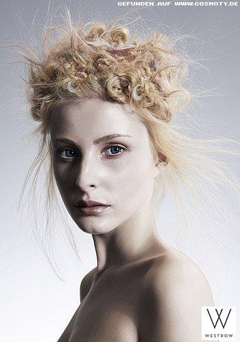 Gezwirbelte Haarsträhnen wild um den ganzen Kopf festgesteckt