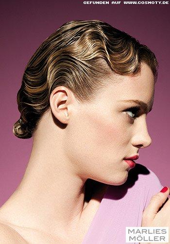 Glänzende Wasserwellen in blond gesträhntem Haar