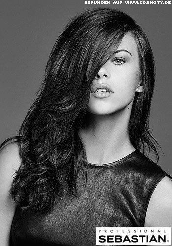 Glamouröser Side-Swept mit großen Wellen in den Haaren