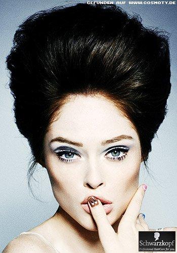 Glamouröse Volumen-Frisur mit hochgesteckten Haaren