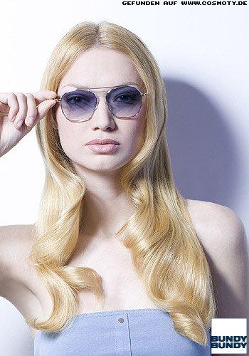 Glamour-Wellen mit Sleek-Look kombiniert