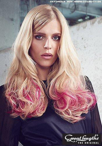 Glatte Längen münden in großen Wellen mit rosa Strähnen