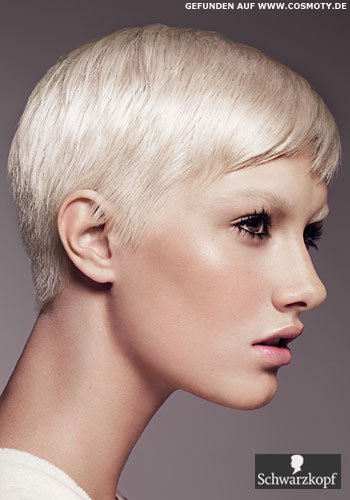 Glatter Garcon-Stil für den blonden Pixie