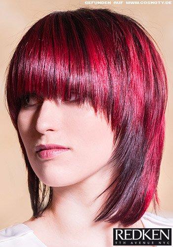 Glatter Stufen-Bob mit rot gefärbten Highlights
