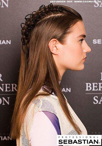 Glattes Haar mit auffälligem Flechtwerk mit Haarbändern