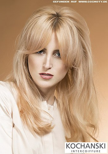 Glattes Haar mit schönem Volumen zum überlangen Pony