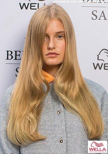 Glattes, natürlich und ungestylt wirkendes Haar mit Mittelscheitel