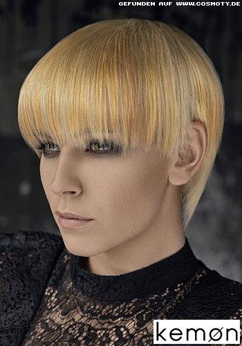 Glatt gekämmter Pilzkopf mit verschiedenen blonden Strähnen