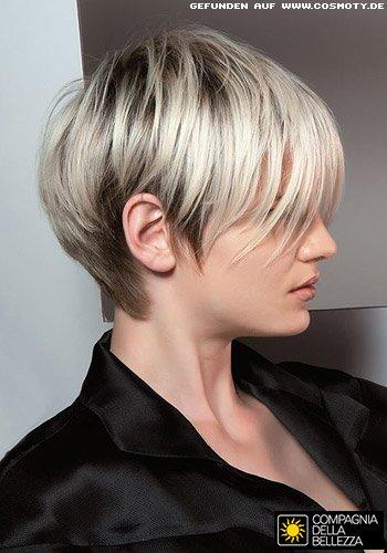 Glatt gestylter Fransenschnitt in konstrastreichen Blondtönen