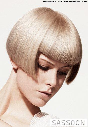 Grafischer Kurzbob in sehr hellem Blond
