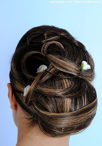 Große Haarschlaufe mit festgesteckten Strähnen