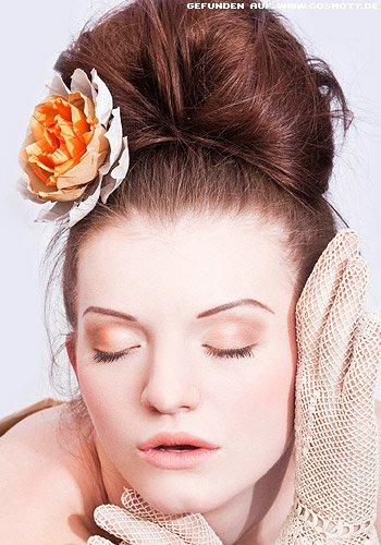frisuren bilder gro er dutt mit blume frisuren haare. Black Bedroom Furniture Sets. Home Design Ideas