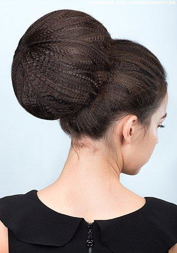 Großer Dutt mit viel Volumen aus gekreppter Haarstruktur