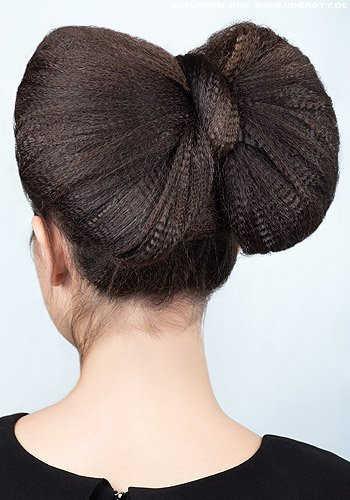 Große Schleife aus hochgesteckten Haaren