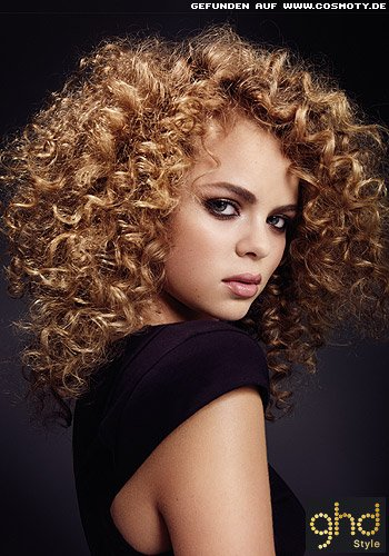 frisuren bilder gro z gige afro locken in gestuftem haar frisuren haare. Black Bedroom Furniture Sets. Home Design Ideas