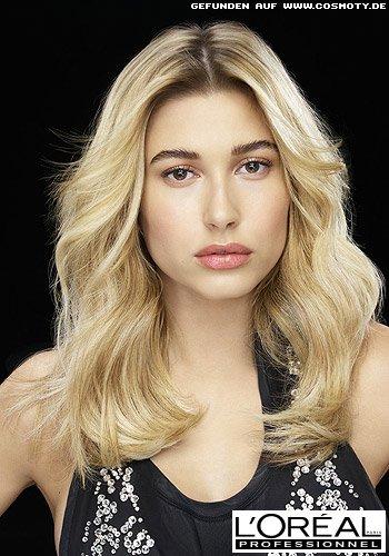 Hailey Baldwin mit definierten Glamourwellen in goldenem Blond