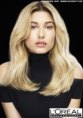 Hailey Baldwin mit leicht definierten Glamourwellen in goldenem Blond