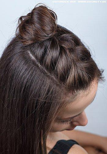 Half-Bun mit geflochtenem Haar auf dem Oberkopf