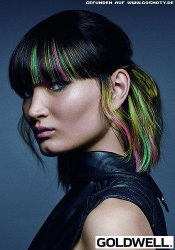 Half-Up-Do mit Strähnen in knalligen Neon-Farben
