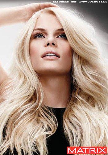 Frisuren Bilder Hell Blonde Wellen Mit Seitenscheitel Geteilt