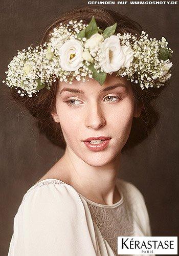 Hinten zusammengefasstes Haar mit Blumenkranz
