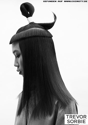 Hoch gebundener Schlaufen-Zopf zu langem Haar im Sleek-Look
