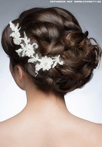 Hochsteckfrisur mit weißen Blüten zur Hochzeit