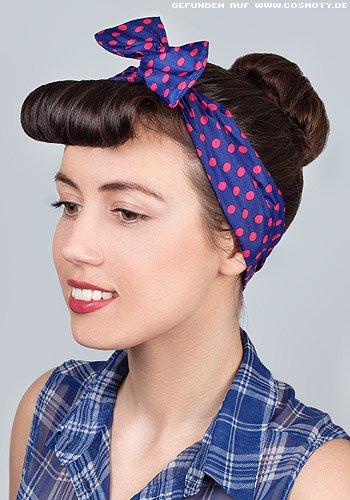 Hoher Dutt mit Pünktchen-Haarband im 50ies Look