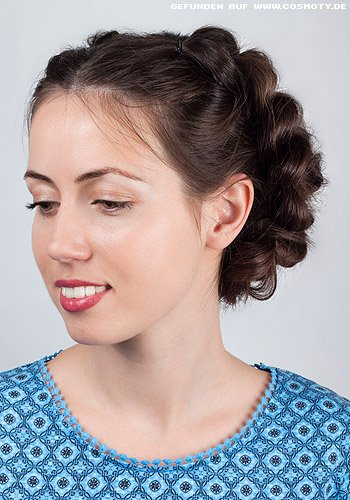 Hohe Schlaufenzöpfe zum hübschen Haarkranz gesteckt